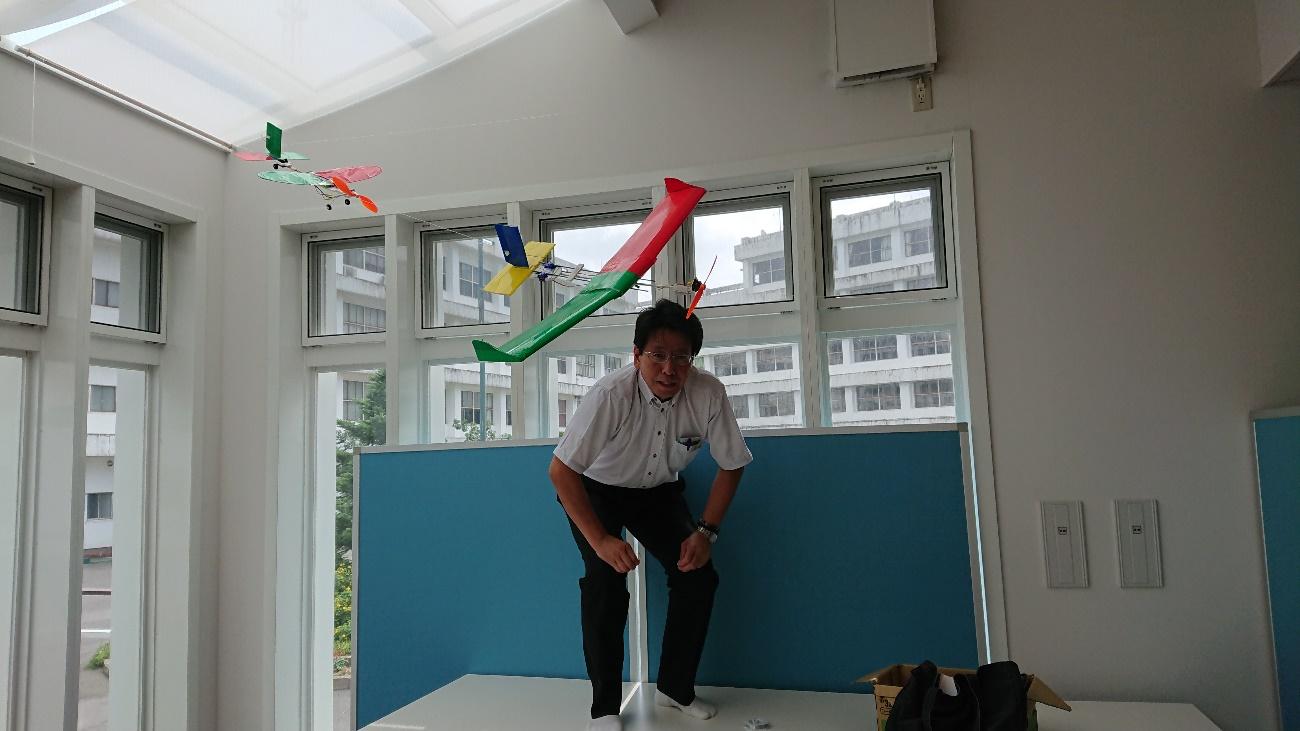 展示の準備を進める山本淳二教授(結構大変なんです!)