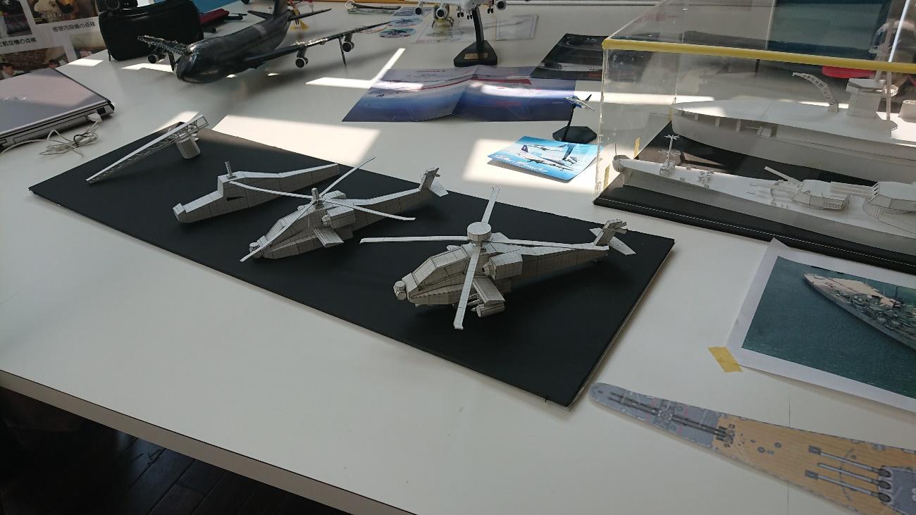 3年阿蘇谷君製作ヘリ模型(製作段階別に展示)