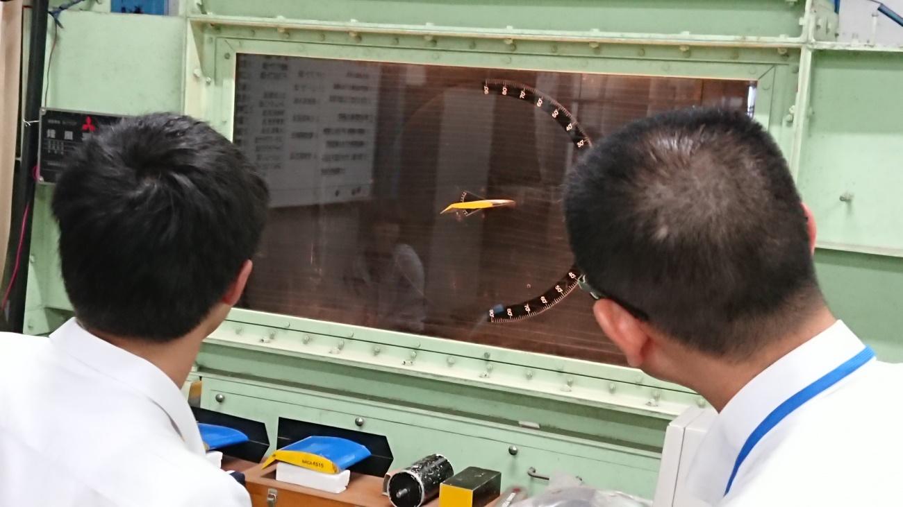 古川靖教授による煙風洞実験の授業