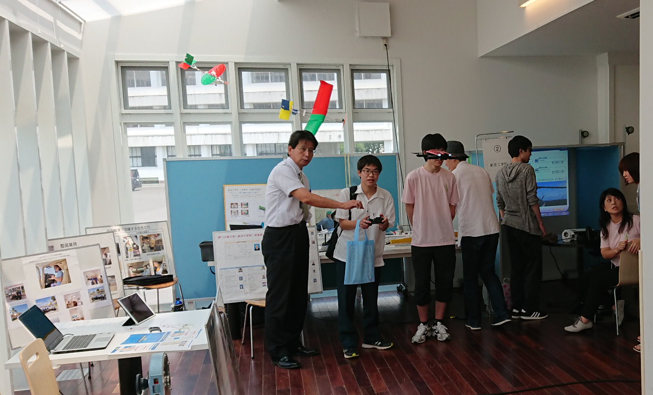 山本淳二教授サポートによるドローン操縦体験(大学生は、墜落させてしまった)