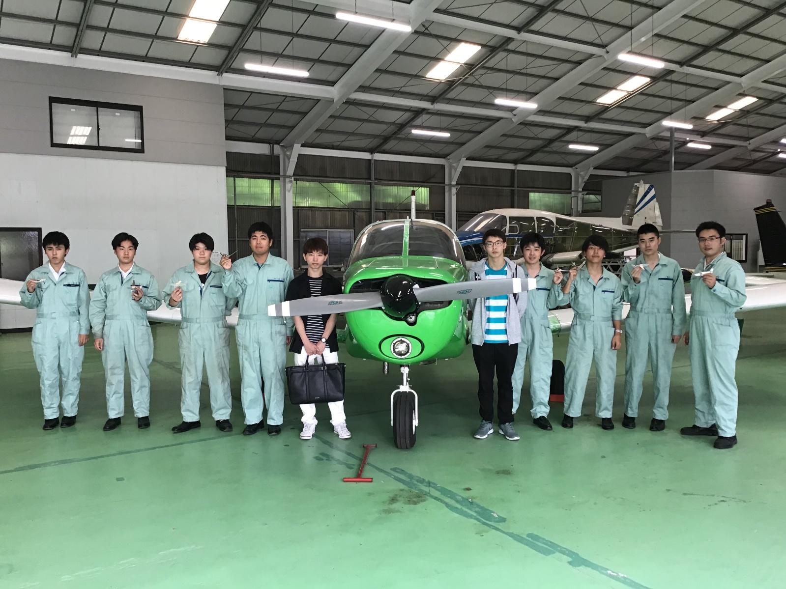 今年4月に航空整備工学専攻に入学した先輩2名を囲んで、作品を手に記念のワン・ショット!