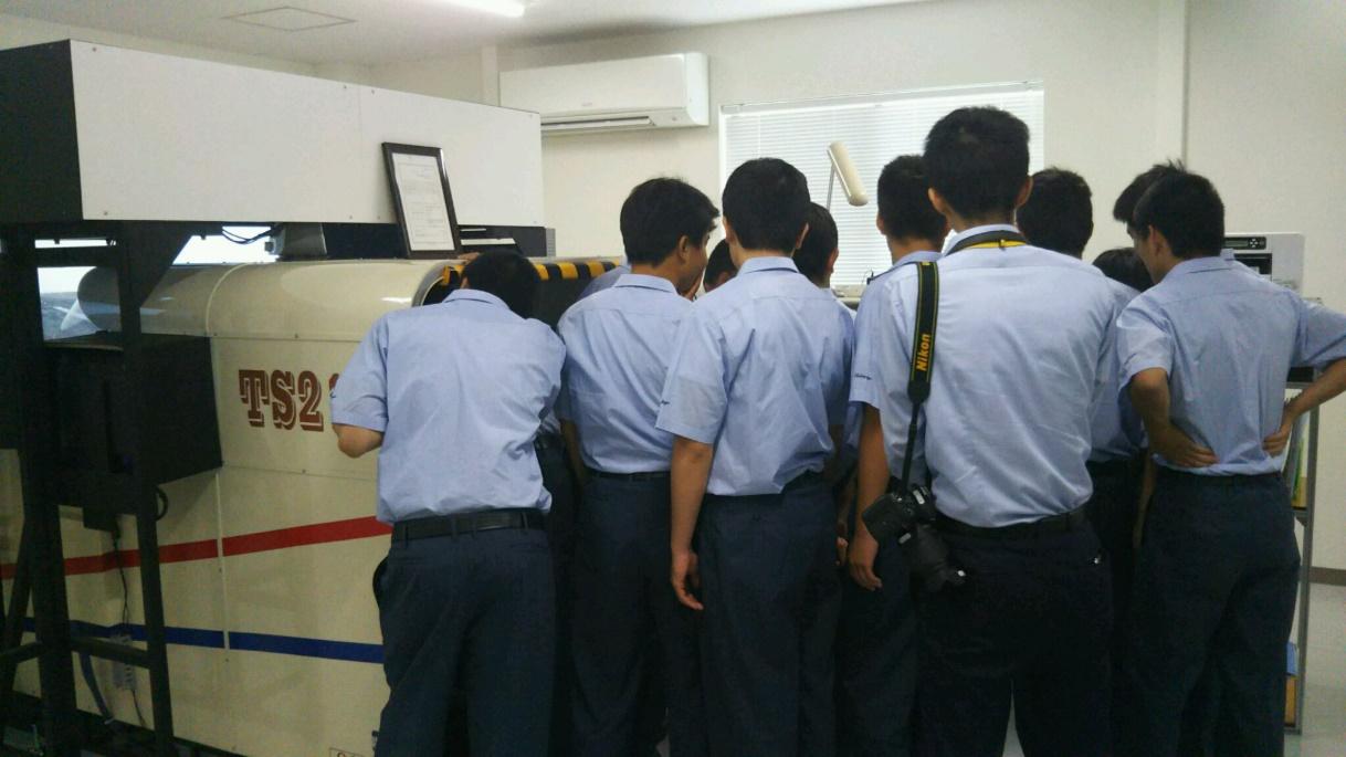 FTD体験中 (自分の番を待つ生徒さん達) この間 別グループは セスナで学校上空へ