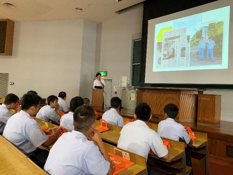 -大学紹介及び大学外での活動を紹介する阿蘇谷君-